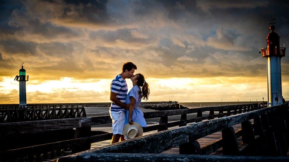 save the date du mariage de Marine et Hugo à Deauville pendant un couché de soleil sur la plage d'un photographe du Loiret à Orléans