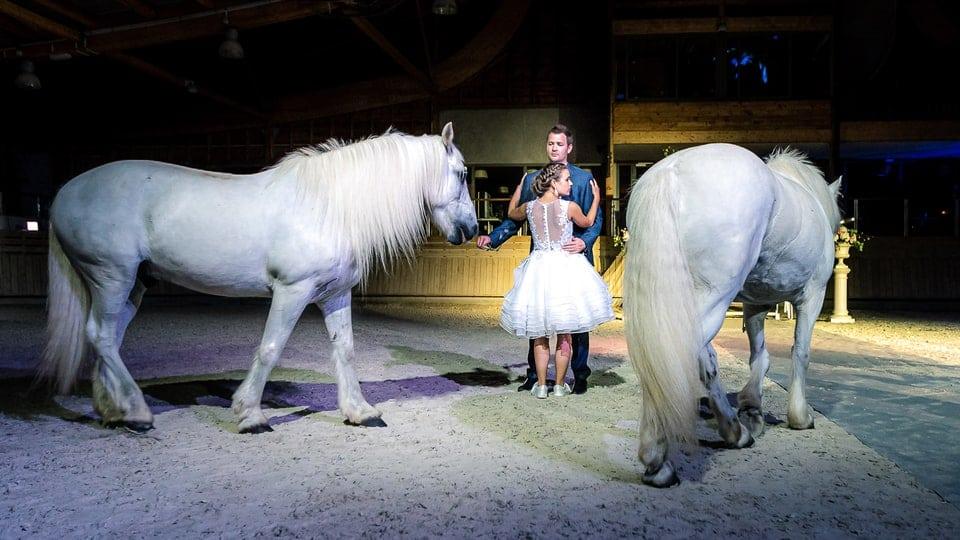 Mariage luxueux et haut de gamme à Deauville de Marine et Hugo par un photographe du Loiret en Centre Val de Loire avec des chevaux