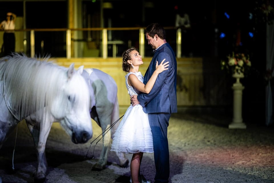 Mariage luxueux et haut de gamme à Deauville de Marine et Hugo par un photographe du Loiret avec des chevaux