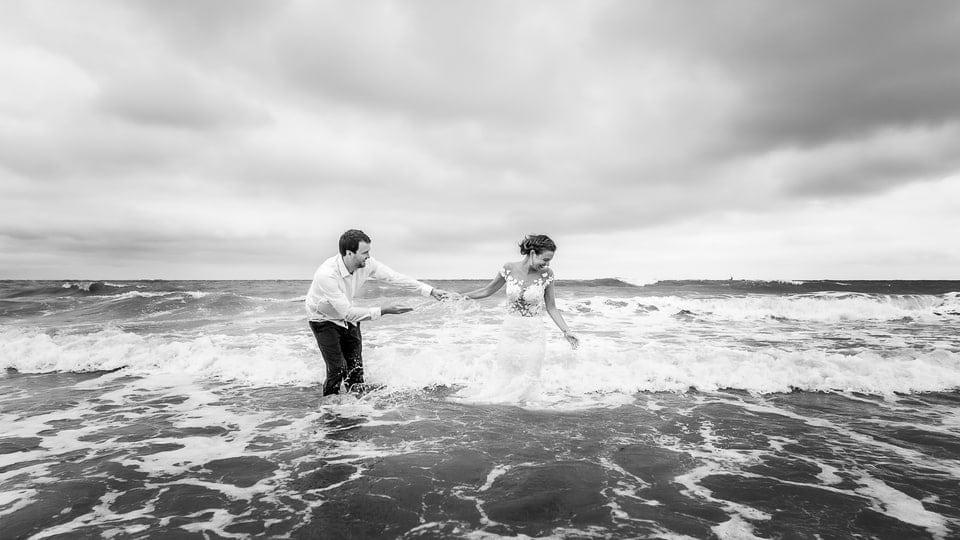 Mariage plage à Deauville de Marine et Hugo par un photographe du Centre Val de Loire dans le Loiret à Lorris et Gien