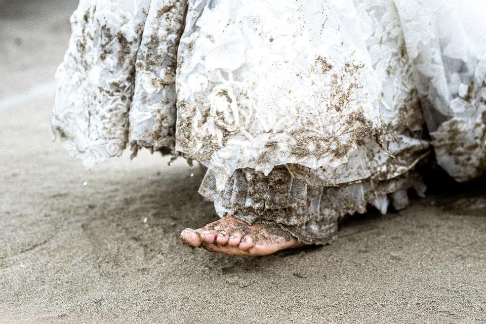 Mariage sur la plage de Deauville de Marine et Hugo par un photographe du Centre Val de Loire dans le Loiret pied