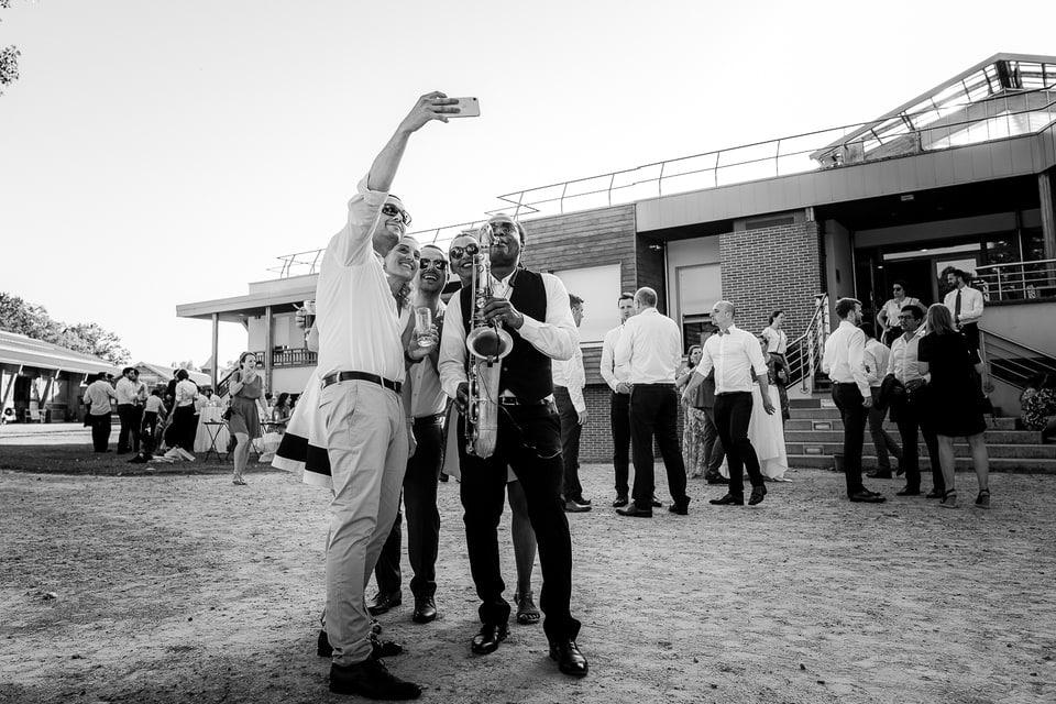 Cérémonie laïque haut de gamme à Deauville de Marine et Hugo par un photographe de mariage du Loiret à Gien