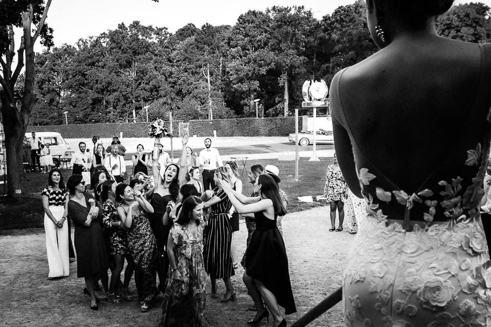 Bouquet de la mariée à Deauville de Marine et Hugo par un photographe de mariage du Loiret à Gien