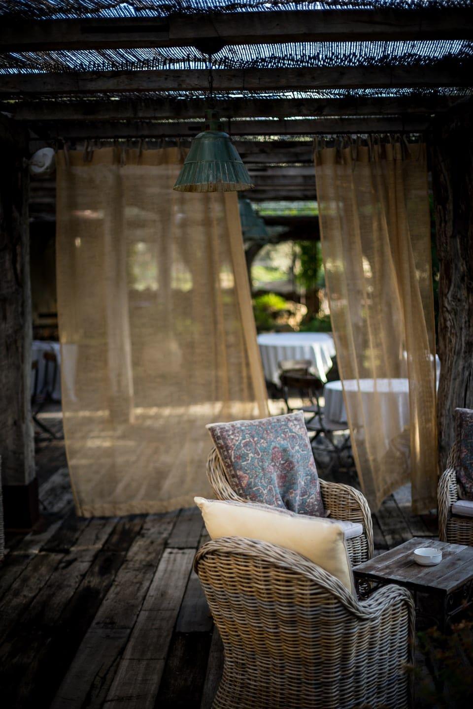 Mariage Haut de gamme sur la plage bohème chic en Corse au Domaine de Murtoli par un photographe de région Centre à Orléans et Montargis dans le Loiret photo-journalisme luxe