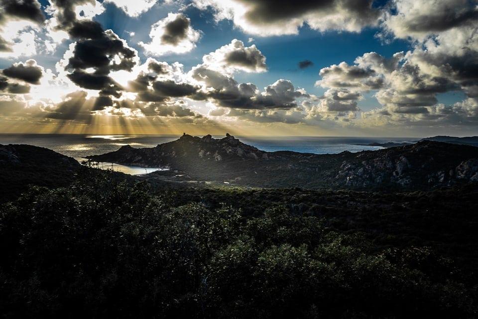 Mariage Haut de gamme sur la plage bohème chic en Corse au Domaine de Murtoli par un photographe de région Centre à Orléans et Montargis dans le Loiret photo-paysage