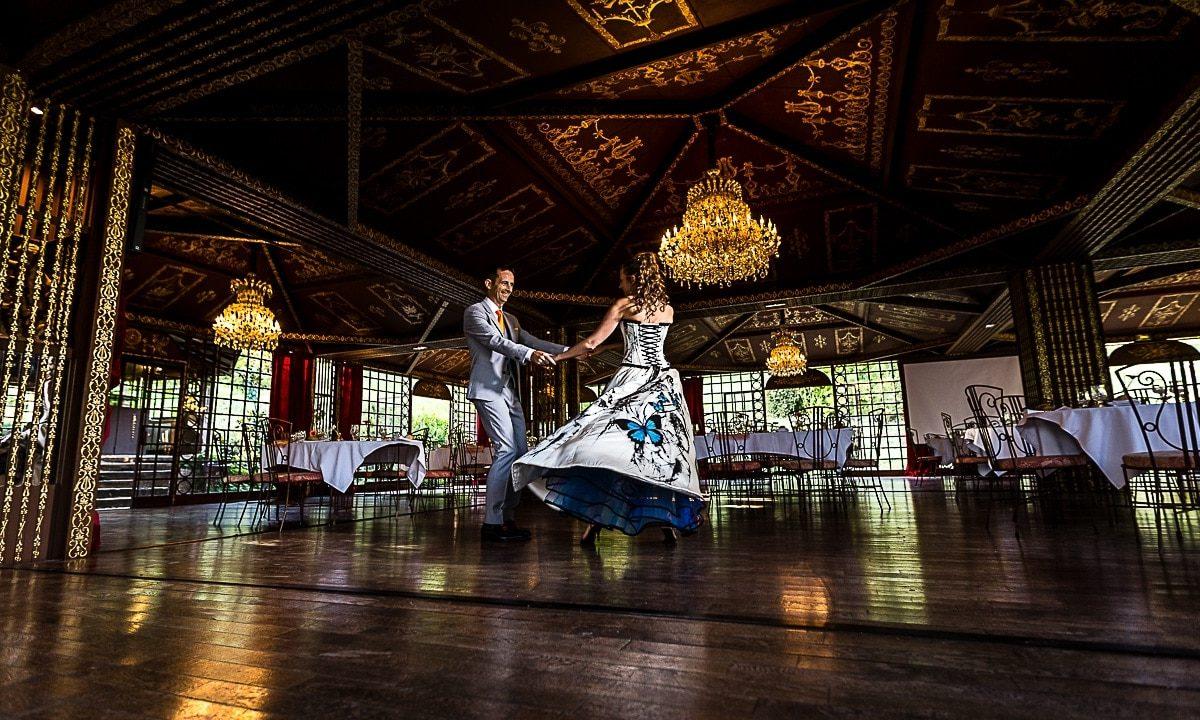 Mariage luxe au château de Vallery en seine et marne 77 avec une robe de mariée originale par un photographe haut de gamme de la Région Centre Val de Loire à Orléans dans le Loiret 45