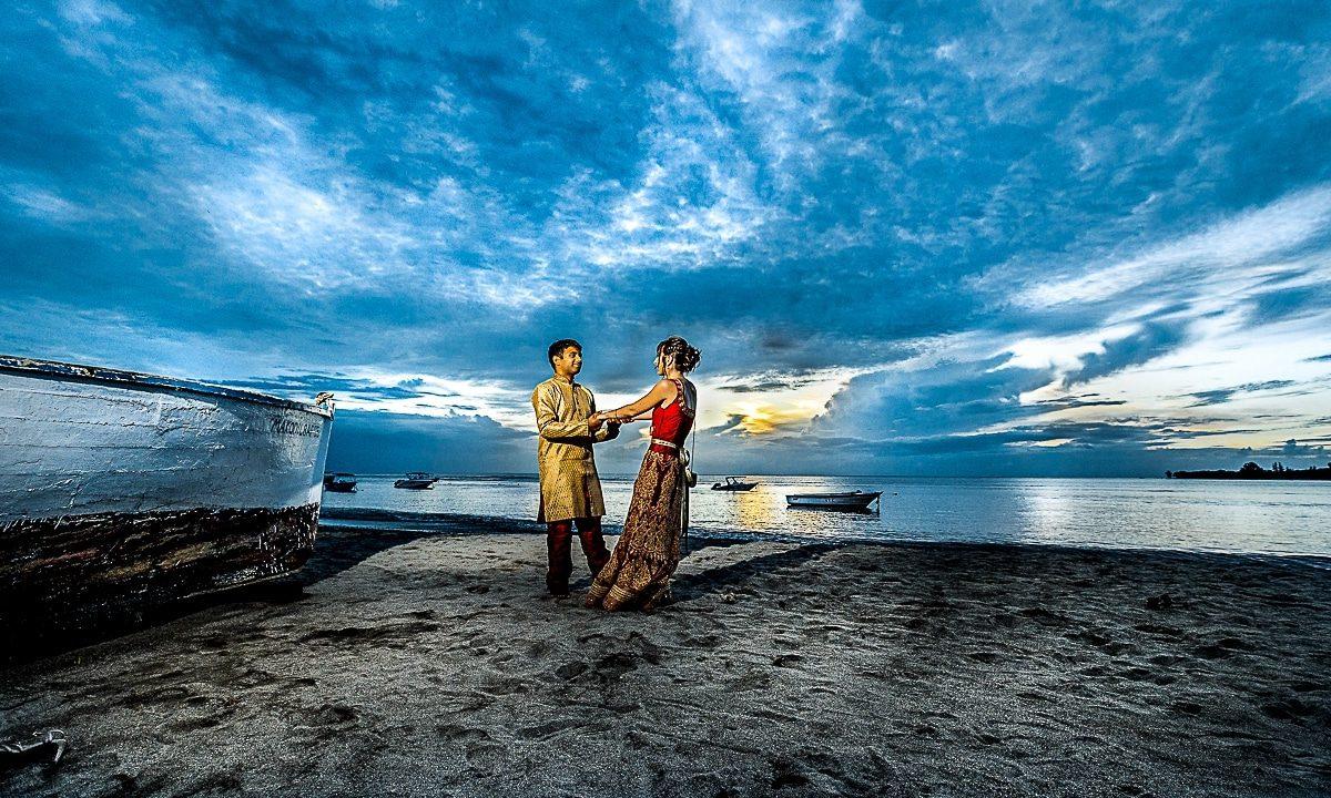 Mariage à la mer d'Elodie et Adarsh à l'île Maurice par un photographe haut de gamme de la Région Centre Val de Loire à Orléans dans le Loiret en France