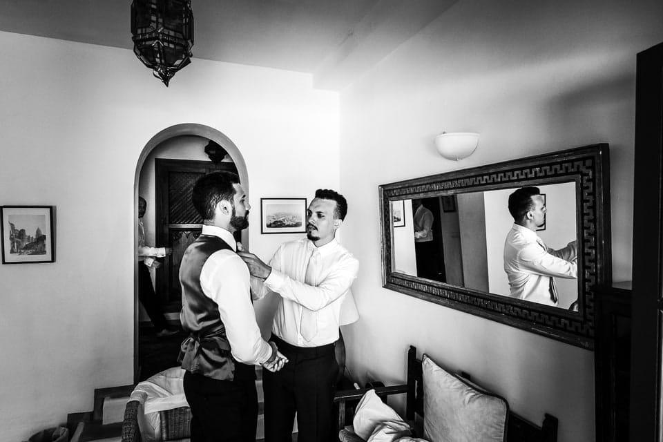 Photos de préparation du marié d'un photographe de mariage du Loiret