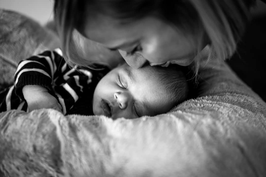 Photographe Loiret reportage famille Orléans Gien bisou bébé