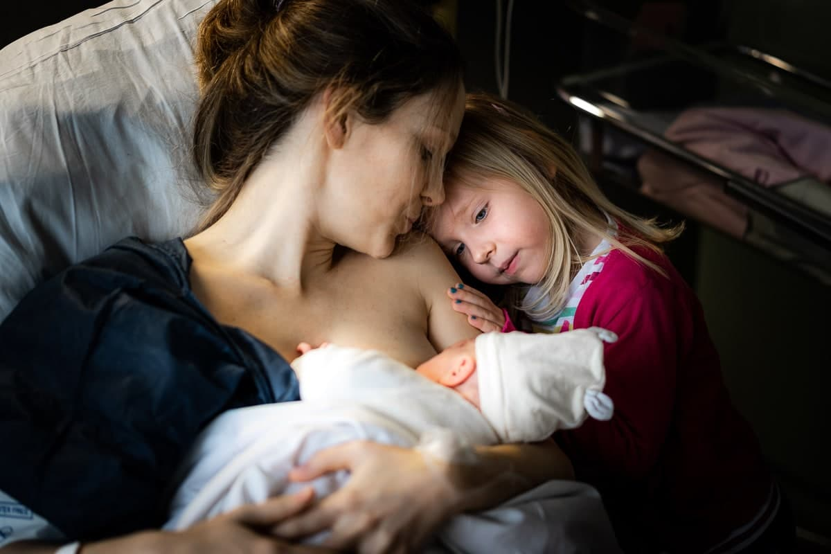 reportage famille Loiret maternité Gien photographe naissance bébé allaitement